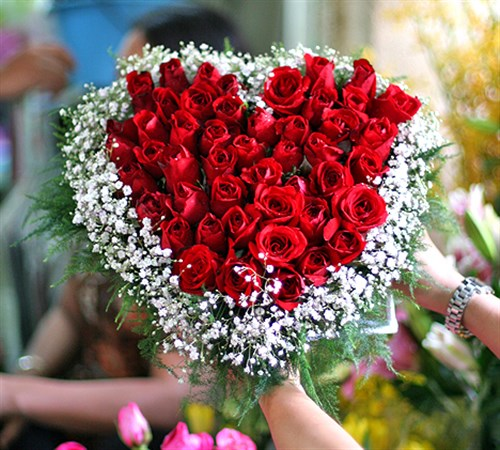 Heart-shaped flowers delivery to Vietnam